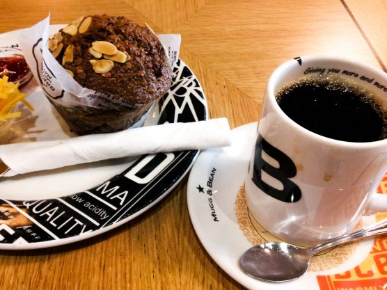 ずっしり、どっしりしたマフィンとコーヒー