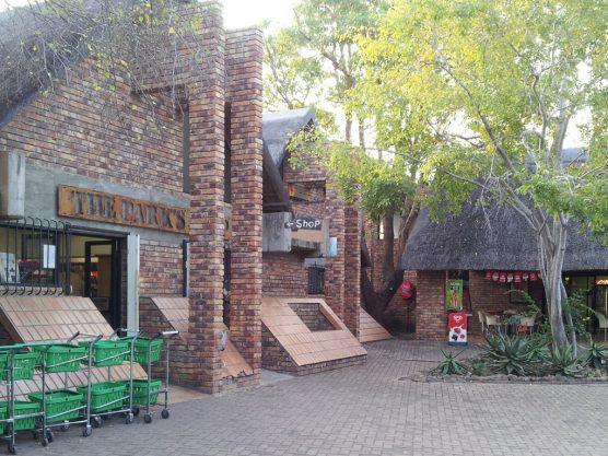 左が売店、右がレストラン。メニューは未確認