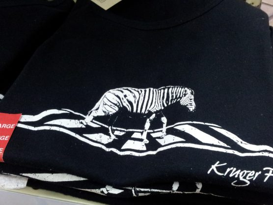 横断歩道(zebra)を渡るシマウマ(zebra)