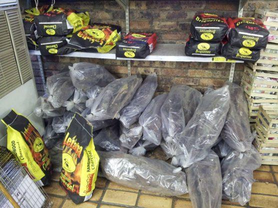 炭や薪は売店で買えます。もちろん持参してもOK