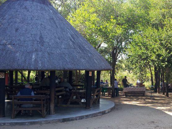 休憩所。昼時にはブラーイを楽しむ人たちも