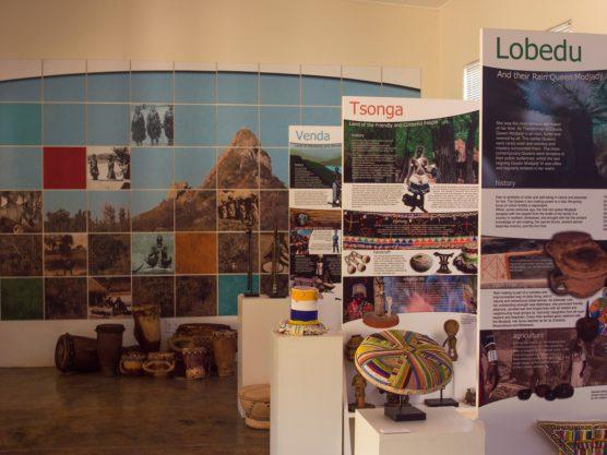 伝統的な楽器や民族衣装も置かれた展示室