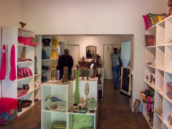 クラフトショップ。陶器や布製品、小物などが並ぶ