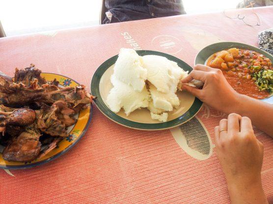 左から鶏肉の炭火焼、パップ、シシェーボ(おかず)